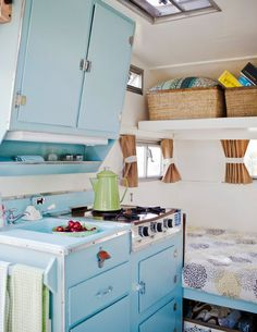 House on wheels-TONS of decorating ideas for camping trailers! DON'T YOU WANT ONE FOR THOSE COLD CAMPING NIGHTS! :) Retro Caravan, Retro Campers, Rv Campers, Camper Trailers, Vintage Campers, Retro Trailers, Vintage Rv, Camper Life, Rv Life