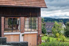 Dům je zasazen do svahu, a nabízí tak výhled do údolí; Archiv studia