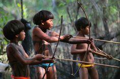 "reinopin: the last generation ""in the wild"" : Yawalapiti-Kinder versuchen, Fische mit Pfeilen zu fangen.  |  © Ueslei Marcelino/Reuters"