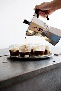Café cortado con vanilla bean helado.
