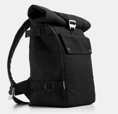Something we always hate about backpack laptop bags is the gaps. Too many bags leave tiny gaps at the folds that allow debris or rain to drip in on top of the laptop or other gear. The Roll Top Backpack created by Blue Lounge takes Black Backpack, Laptop Backpack, Backpack Bags, 17 Laptop, Laptop Case, Mochila Jeans, My Bags, Purses And Bags, Blue Lounge