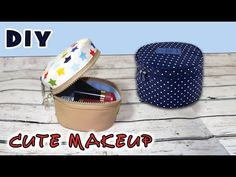 Sewing Projects For Beginners, Sewing Tutorials, Sewing Crafts, Sewing Ideas, Cute Makeup Bags, Diy Makeup Bag, Diy Pouch Bag, Zipper Pouch, Pom Pom Crafts