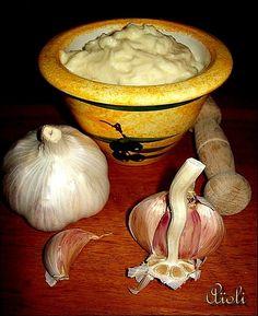 Bonjour tout le monde Aujourd'hui je vous propose la recette classique d'une sauce aux saveurs provençales c'est l'aïoli .. Ingrédients : 1 jaune d'oeuf 6 gousses d'ail 25 cl d'huile d'olive 1 cuillère à café de jus du citron sel et poivre (Photo du net)...