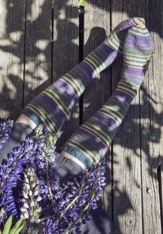 Villasukat Syyspäivä Novita 7 Veljestä ja 7 Veljestä Raita Leg Warmers, Fingerless Gloves, Diy And Crafts, Socks, Knitting, Yarns, Design, Knits, Men
