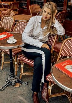 Sitting in a typical parisian café and spotting fashionable parisians. Paris, things to do, fotolocation, Photospot, Outfit Inspiration Cool Instagram, Instagram Models, Paris Outfits, Parisian Cafe, Influencer, Coffee Girl, Coffee Drinkers, Photoshoot, Photo And Video