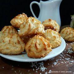 I dolcetti al cocco , sono una sorta di biscotti morbidi realizzati con solo quattro ingredienti. Una ricetta semplice e golosissima.