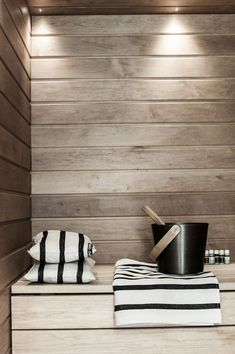 People have been enjoying the benefits of saunas for centuries. Spending just a short while relaxing in a sauna can help you destress, invigorate your skin Saunas, Home Interior, Interior Architecture, Interior Design, Sauna Design, Outdoor Sauna, Finnish Sauna, Steam Sauna, Sauna Room