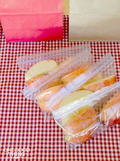 This simple trick keeps apple slices fresh all day - it's perfect for packing lunches!
