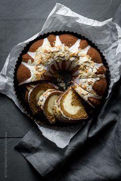 OH MY! ♥ Möhren-Gugelhupf mit Käsekuchenswirl. Wenn sich zwei Lieblingsleckereien in einer Backform treffen. | KLITZEKLEIN | Bloglovin'