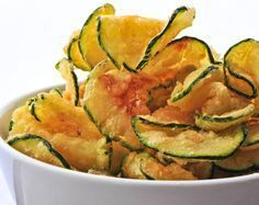 A healthy snack: baked zucchini chips. Zucchini Chips Recipe, Zucchini Crisps, Bake Zucchini, Zucchini Pasta, Fried Zucchini, Cooking Zucchini, Vegan Recipes Beginner, Recipes For Beginners, Easy Snacks