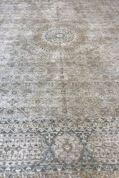 Transitional Mamluk rug made from wool on a cotton base. This hand-knotted Mamluk rug features a stunning geometric pattern in a neutral colour combination. Medium pile. This transitional wool rug is an excellent choice for high traffic areas. Rare piece.  #rugs #transitionalrug #neutralrug #woolrug #handmaderug #arearug #decor #design #homedecor #decorideas