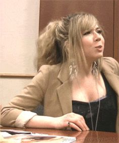 McCurvy rockin' out to the sound of her luscious cleavage! Beautiful Celebrities, Beautiful Women, Jenette Mccurdy, Nickelodeon Girls, Jennifer Aniston Style, Celebrity Faces, Miranda Cosgrove, Female Singers, Celebs