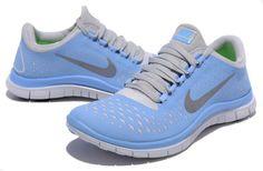 Éstos son zapatos y llevo para correr. Son de color de azules. En mi opinión son muy bien para deportes.
