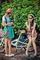 Pink-hat-aguamarina-lindo-falda de color azul claro, blusa blanca flats_med