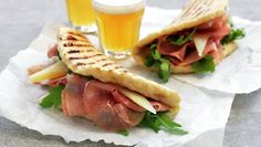 Grillet focaccia med spekeskinke Wrap Sandwiches, Quesadilla, Lunches And Dinners, Chorizo, Cheddar, Tapas, Grilling, Snacks, Baking
