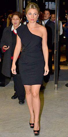 LUDWIKA PALETA    Para ir a la misma fiesta de cóctel, Ludwika Paleta apostó por la elegancia y minimalismo de un minivestido asimétrico negro y zapatos tipo peep toe en charol del mismo color. Le dio un toque de color a su atuendo con aretes azules.