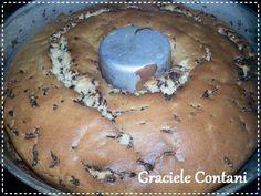 Bolo formigueiro, de Graciele Contani - Ingredientes: 1 xícara de açúcar  3 xícaras de farinha de trigo (peneirada) 3 ovos  4 colheres de sopa de manteiga ou margarina  2 xícaras de leite em temperatura ambiente  1 xícara de granulados de chocolate  1 colher de sopa de fermento em pó