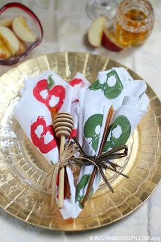 how to make your own linen napkins with apple stamps for your Rosh Hashanah tablescape! Hanukkah Crafts, Jewish Crafts, Children's Church Crafts, Holiday Crafts, Yom Kippur Crafts, Yom Teruah, Simchat Torah, Jewish Celebrations, High Holidays