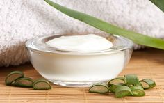 Aloe vera cream making is a very easy process with materials that can be found in your home. You can get a great moisturizing face cream with gel from your home grown aloe vera. Cream For Oily Skin, Skin Cream, Eye Cream, Make Natural, Natural Skin, Aloe Vera Creme, Anti Aging Night Cream, Aloe Vera Face Mask, Wie Macht Man