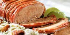 Lombo Assado.  Preaqueça o forno em temperatura média (180ºC). Coloque num saco plástico grande 1/2 colher (chá) de tomilho seco, 1 pitada de pimenta-do-reino moída na hora, 2 colheres (chá) de sal com alho, Suco de 1 laranja e suco de 1 limão e ponha em seguida 1 kg de lombo de porco. Feche bem o saco e agite até a carne ficar coberta com o tempero. Transfira para uma assadeira. Leve o lombo para assar por 1 hora.