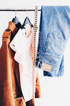 How to build a capsule wardrobe. Read more steps into creating a capsule wardrobe. Organize your closet, discover your style, dress for your body type. Capsule Wardrobe, Pax Wardrobe, Small Wardrobe, Wardrobe Storage, Work Wardrobe, Declutter Books, Decluttering, Reuse Old Clothes, Moda Fashion
