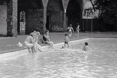 Millwall paddling pool 1982 how do i know? I'm in the picture. Old London, East London, Millwall, Isle Of Dogs, London Pictures, Childhood, Park, Infancy, Parks