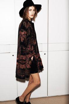 mode hippie chic pour l'automne - chapeau Fedora, manteau marron à motifs et short noir