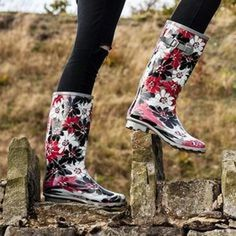Rain boots for women. Many styles and colors of rubber rain boots, muck boots and rubber boots for gardening. Wellies Rain Boots, Muck Boots, Festival Wellies, Western Wear For Women, Western Outfits, Rubber Rain Boots, Flats, Casual, How To Wear