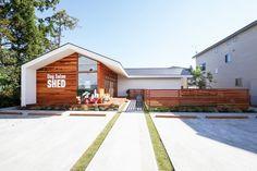 ワンちゃんたちが安心して過ごせる、アットホームな隠れ家的サロン。米杉の板張り外壁に、塗装外壁の白いシャープなラインを取り入れることで、 温かみのあり、木のぬくもりが感じられる外観としました。 エントランス空間は、ワンちゃんはもちろんのこと、ヒトも気軽に立ち寄れる、カジュアルな空間。 タイル壁やモルタル、造作木製建具、照明器具と、オーナーの拘りが詰まった、ナチュラルなインテリアです。 ワンちゃんがストレスなく過ごせるよう、 VIPルームを設けたペットホテルやフリースペースルームを併設し、 大きなガラス窓や、傾斜天井でより開放的に、より明るい空間を設計。 ワンちゃんを愛する人達が集う、楽しい「小屋(SHED)」がコンセプトです。 Japan Interior, Dog Salon, Box Houses, Entrance Design, Building Exterior, Small House Design, Facade Architecture, Story House, Facade House