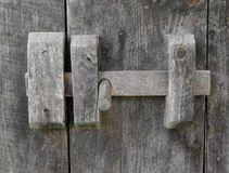 Vieux verrou de porte en bois Photos stock