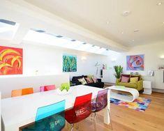 En un salón con fondo blanco se puede arriesgar en colores que están tanto próximos como opuestos en el circulo cromático.