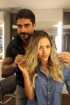 Gabi Luthai veio ao salão para manutenção dos seus cabelos e retoque de cor. O profissional Tiago Aprigio foi o responsável por criar o seu loiro iluminado.