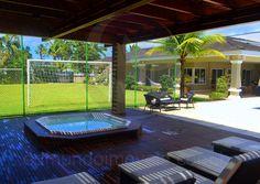 O lugar oferece vista privilegiada para a piscina e para o campo de futebol totalmente gramado.