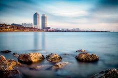 Barcelona - view of the beach in the morning - Barcelona, Barceloneta  Long exposure 153 sec  Barcelona - vista de la playa por la mañana  #lensesinabackpack #trzylatawBarcelonie #Barcelona #cataluña #catalonia #Hiszpania #España #TresAñosEnBarcelona #threeyearsinBarcelona #lavidaeschula #zyciejestfajne #fujixt2 #fuji #xt2 #xt-2 www.lensesinabackpack.eu
