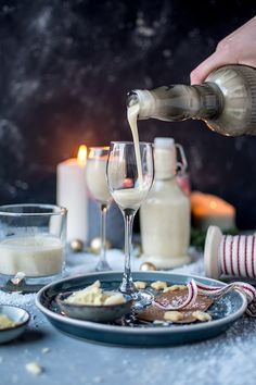 White chocolate vanilla liqueur: a gift from the kitchen ⋆ crunchy room Vanilla Liqueur, Tapas, Winter Drinks, White Chocolate, Fondue, Smoothies, Food And Drink, Sweets, Homemade