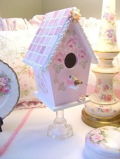 Mosaic and hand painted roses pink birdhouse on a stand. Copyright 2008 Rhea Cominolo Sweet n Shabby Roses Shabby Chic Crafts, Shabby Chic Cottage, Shabby Chic Decor, Bird Houses Painted, Bird Houses Diy, Casa Do Rock, Shabby Chic Birdhouse, Manualidades Shabby Chic, Birdhouse Craft