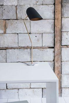 La Collection Cliff rassemble le meilleur de @lambertetfils dans son utilisation de nombreux éléments de signature. Les tiges en laiton naturel et noir mat fournissent une structure pour les lampes avec des abat-jours élégants et une gamme d'ampoules sphériques. Visitez notre site web pour plus de détails. Mid Century Modern Lighting, Site Web, Mid-century Modern, Bulb, Flooring, Simple, Table, Collection, Home Decor