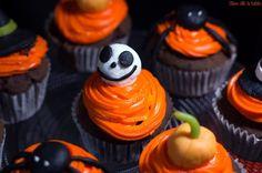 Cupcakes halloween   Halloween c'est le 31 octobre! Vous avez peut être prévu de réaliser une fête d'halloween pour les enfants ou pour les grands!? Alors si vous voulez épater et faire plaisir à votre entourage pour une halloween party voici une délicieuse recette de cupcake au chocolat au décor d'halloween! Retrouvez également toutes mes recettes d'halloween!  Recette Cupcakes halloween  Ingrédients  Pour 8 cupcakes  2 oeufs  125 g de farine  70 g de sucre  60 ml de lait  80 g de beurre…
