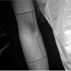 Simple Arm Tattoos: 60 Most Beautiful Simple Designs Strichpunkt Tattoo, Ink Tatoo, Tattoo Band, Shape Tattoo, Piercing Tattoo, Line Tattoo Arm, Piercings, Simplistic Tattoos, Simple Arm Tattoos