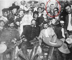 Seguramente en la televisión mexicana no existe un personaje tan recordado por tantas generaciones como Chabelo, es por esto que ALLÁ EN LA RED existen sospechas de que ha estado presente en los momentos más representativos de nuestra historia, esto se comprobó en una foto.