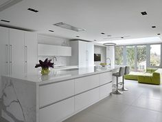 minimal kitchen Our Randall kitchen is a versatile centrepiece: a minimal and luxurious white marble kitchen it cleverly combines storage, cooking and seating areas. Open Plan Kitchen Dining Living, Open Plan Kitchen Diner, Living Room Kitchen, Polished Concrete Kitchen, Minimal Kitchen Design, Design Kitchen, White Marble Kitchen, Round House, Apartment Furniture