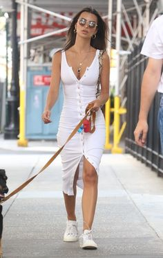 Emily ratajkowski keeps it casual in new york city celebrity style guide 6 ways celebrities are styling jeans in 2020 Celebrity Summer Style, Celebrity Style Dresses, Celebrity Style Guide, Celebrity Style Inspiration, Celebrity Outfits, Mode Inspiration, Style Summer, Celebrity Bodies, Celeb Style
