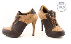 Mit dem Sport High Heel Model WOOD FEELING ziehst du Dank der raffinierten Korkoptik alle Blicke auf dich. Die Luftlöcher im Zehenbereich sorgen nicht nur für ein angenehmes Schuhklima, sondern forcieren zusammen mit dem Schuhzungenbrand den beliebten sportiven Touch.
