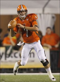 Bowling Green quarterback Matt Schilz looks for a receiver during the Falcons' game against Morgan State at Doyt Perry Stadium