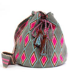 sophie anderson(ソフィーアンダーソン)は、デザイナー・Sophieが南米の先住民族(Wayuu)のハンドメイドのバッグを用いてパリでデビューしたばかりのブランド。ビビッドな色に染めたコットンの糸を使用し、全てハンドメイドで仕上げたショルダーバッグで上品な大人のリゾートスタイルが完成。 Tapestry Bag, Tapestry Crochet, Learn To Crochet, Knit Crochet, Boho Bags, Bohemian Bag, Mochila Crochet, Creative Bag, Backpack Pattern