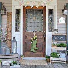 31 The Best Small Front Porch Ideas To Beautify Your Home - Where did all the front porches go? Many homes today have very small porches. Although front porches are making a comeback many people have asked what. Farmhouse Front Porches, Small Front Porches, Front Porch Design, Porch Designs, Front Deck, Farmhouse Style, Farmhouse Decor, Veranda Design, Front Porch Makeover