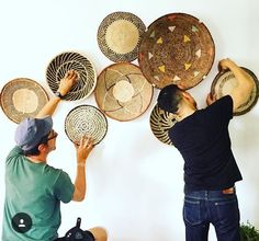 Using Art and Crafts in African Decor Diy Bedroom Decor, Diy Home Decor, Wall Decor, Wall Art, Home Decor Baskets, Baskets On Wall, Wall Basket, Basket Decoration, Deco Boheme