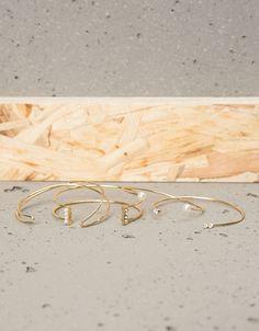 Conjunto 4 pulseiras pérolas e pedras. Descubra esta e muitas outras roupas na Bershka com novos artigos cada semana