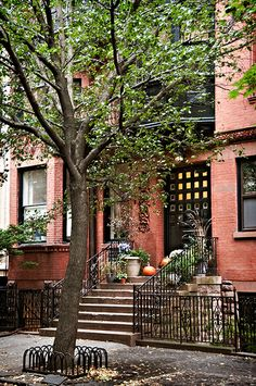 Queen Anne townhouse (1880), 112 Willow Street, Brooklyn Heights, New York