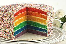 Regenbogen-Torte aus saftigem Wunderkuchen-Teig und cremiger Schokoladen-Sahne für farbenfrohe Geburtstage zum einfachen Nachbacken mit Video-Anleitung.